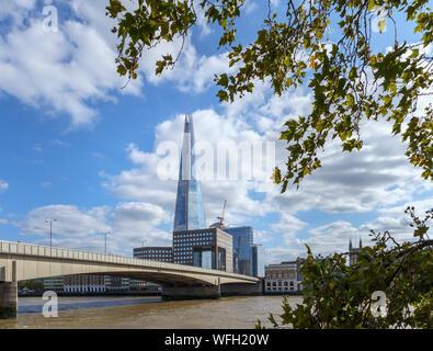 Blick von der Thames Path auf dem nördlichen Ufer der London Bridge Blick nach Süden über die Themse an den Shard und South Bank in Southwark, London SE1