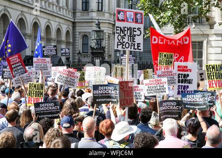 London, Großbritannien. 31 Aug, 2019. Masse der Demonstranten hält Plakate außerhalb der Downing Street in London demonstrieren gegen britische Premierminister Boris Johnson das britische Parlament für fünf Wochen vor einer Queens Rede am 14. Oktober auszusetzen, nur zwei Wochen vor dem Vereinigten Königreich so eingestellt ist, dass die EU zu verlassen. Die Königin hat Boris Johnson's Antrag zu vertagen britischen Parlament, nachdem der Premierminister intensiviert seine Pläne für ein Kein deal Brexit genehmigt. Credit: SOPA Images Limited/Alamy leben Nachrichten - Stockfoto