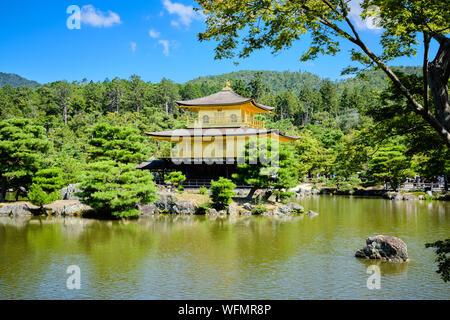 Kyoto/Japan - 5. August 2019: kinkakuji oder den Goldenen Pavillon im nördlichen Kyoto, Japan über den großen Teich gesehen. - Stockfoto