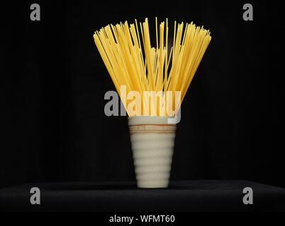 In der Nähe von Spaghetti in Glas auf dem Tisch auf schwarzem Hintergrund - Stockfoto