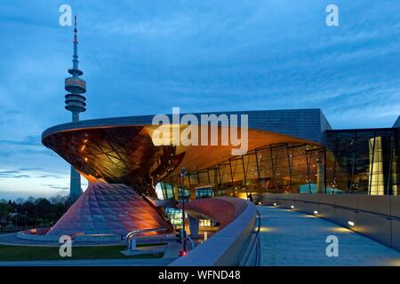 Deutschland, Bayern, München, BMW Welt, Showroom der Marke native von München eröffnet im Jahr 2007 und durch die architekturbüros Coop Himmelb(l)au und die Olympic Tower oder Olympiaturm realisiert - Stockfoto