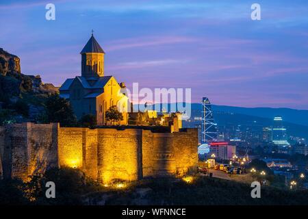 Georgien, Tiflis, Festung Narikala und Sankt Nikolaus Kirche mit Blick auf die Altstadt von Tiflis (oder Dzveli Kalaki)