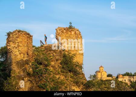 Georgien, Tiflis, Narikala Festung mit Blick auf die Altstadt von Tiflis (oder Dzveli Kalaki), Tabor Kloster der Verklärung im Hintergrund