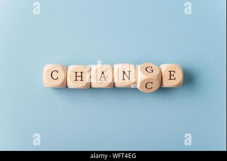 Wort ändern mit Holz Würfel mit den Würfel mit Buchstaben G Drehen das Wort Chance zu buchstabieren. - Stockfoto