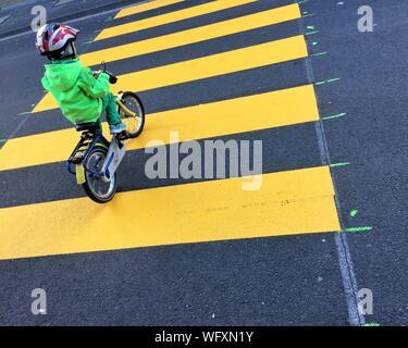 High Angle View Of Boy Fahrrad auf Zebrastreifen