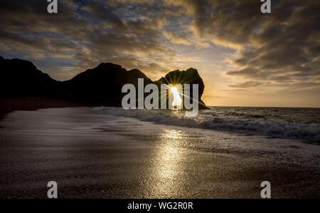 Malerische Aussicht auf Meer gegen bewölkten Himmel bei Sonnenuntergang - Stockfoto