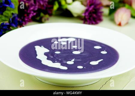 Violette Kartoffel-Lauch Suppe mit Sahne. - Stockfoto