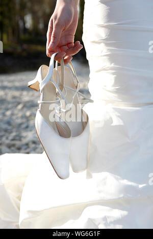 Braut Holding Schuhe - Stockfoto
