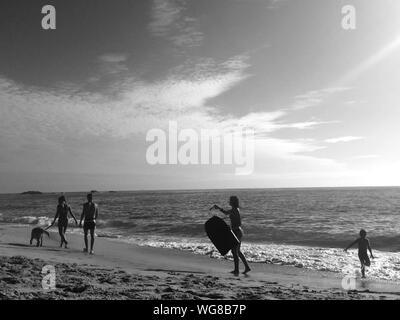 Menschen, die genießen, am Strand gegen Himmel - Stockfoto