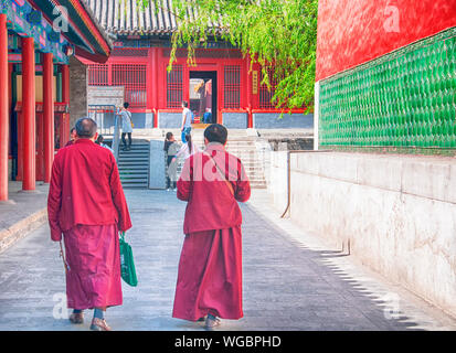 Peking, China. April 25, 2016. Zwei tibetisch buddhistische Mönche in der yonghegong Lamatempel in Peking, China. - Stockfoto