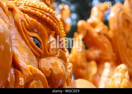 Carving oder Bildhauerei für traditionelle thailändische Kerze Parade Festival in Ubon Ratchathani, Thailand. - Stockfoto