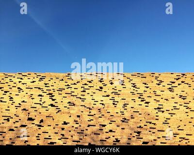 Gestapelten Brettern gegen den blauen Himmel an einem sonnigen Tag - Stockfoto