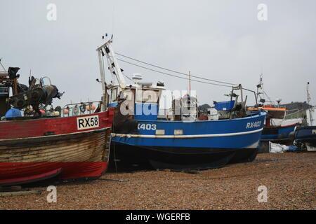 Hastings Strand, Angeln am Meer in Großbritannien - Stockfoto