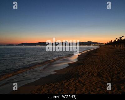 Malerische Aussicht auf den Strand gegen klaren Himmel bei Sonnenuntergang - Stockfoto