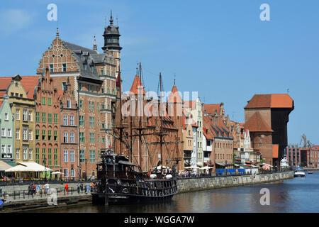 Stadtbild von Danzig am Fluss Mottlau mit Kran Tor und alten Segelschiff - Polen. - Stockfoto