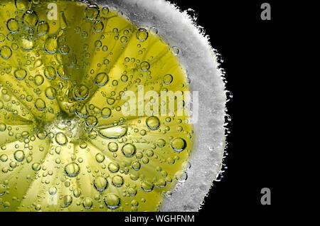 In der Nähe von nassen Künstliche Zitrone auf schwarzem Hintergrund - Stockfoto