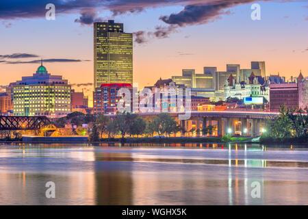 Albany, New York, USA Skyline auf dem Hudson River bei Sonnenuntergang. - Stockfoto