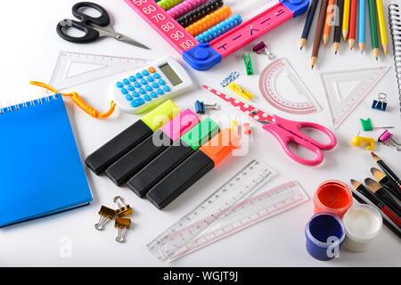Set bright School Supplies auf weißem Hintergrund. Ansicht von oben. Stockfoto
