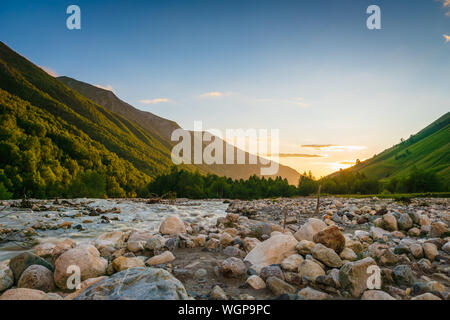 Swaneti Landschaft bei Sonnenuntergang mit Berge und den Fluss auf der Trekking und Wandern Route in der Nähe von Mestia Swanetien region, Dorf in Georgien. - Stockfoto
