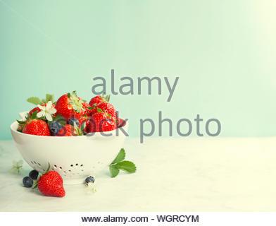 Reife Beeren im Sieb - Stockfoto