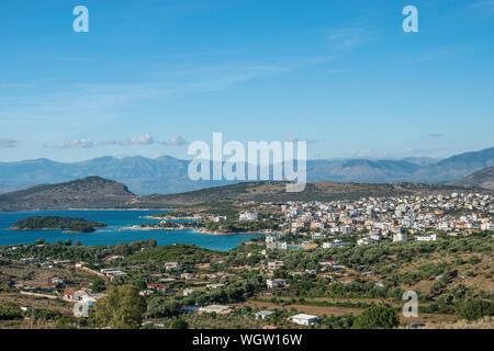 Saranda, Albanien - Juli 2019: Blick auf drei Island Beach in Sarande, Albanien. - Stockfoto