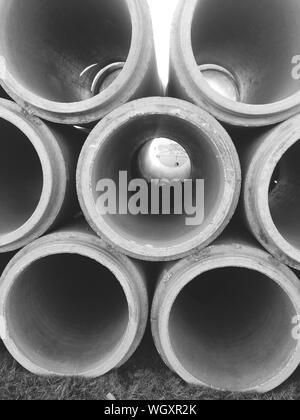 Stapel von Rohren auf Feld - Stockfoto