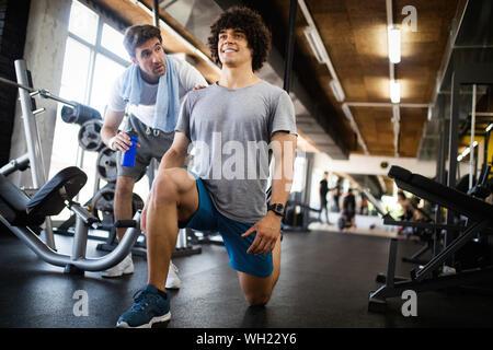 Junge passen Mann tun Training mit einem Personal Trainer. - Stockfoto