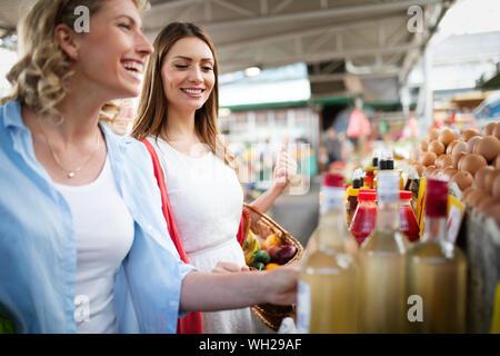 Frau kaufen Obst und Gemüse zu essen. - Stockfoto