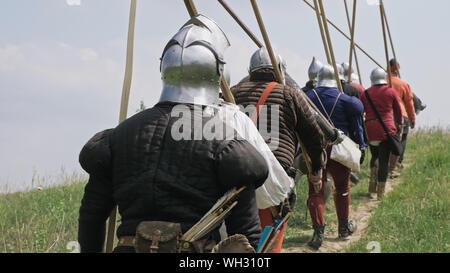 Rückansicht der Gruppe mittelalterlichen Ritter in die Schlacht. - Stockfoto