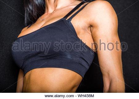 Mittelteil der Frau tragen Sport-BH - Stockfoto
