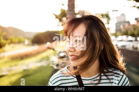 Nahaufnahme der jungen Frau mit zerzaustem Haar - Stockfoto