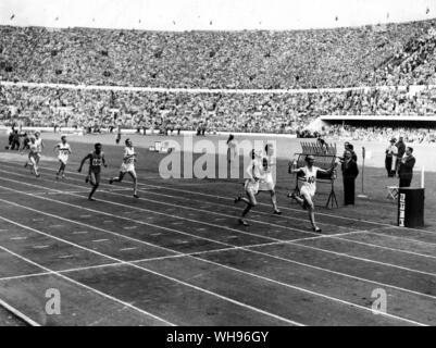 Finnland, Helsinki/Olympics, 1952: 1500 m Finale. Josef Barthel (Luxemburg) gewann mit Robert McMillen (USA) und Werner Lueg (Deutschland), die in der Zweiten und Dritten. Im vierten war Roger Bannister (Großbritannien). - Stockfoto