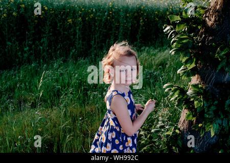 Portrait von Mädchen in der Natur - Stockfoto