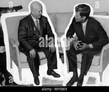 (Rechts) John F. Kennedy (1917-63), 35. Präsident der USA, 1961-63 mit khruschev der UDSSR. - Stockfoto