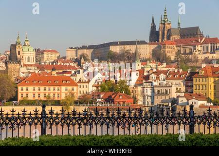 Blick aus dem Krizovnicke Square auf der Mala Strana Viertel und die Prager Burg, Prag, Böhmen, Tschechien, Europa - Stockfoto