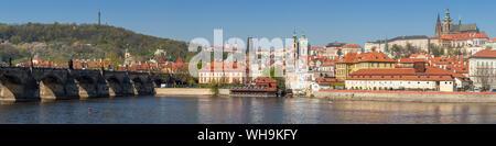 Panoramablick über Moldau, Karlsbrücke, der Mala Strana Viertel und das Prager Schloss, Weltkulturerbe der UNESCO, Prag, Böhmen, Tschechien - Stockfoto