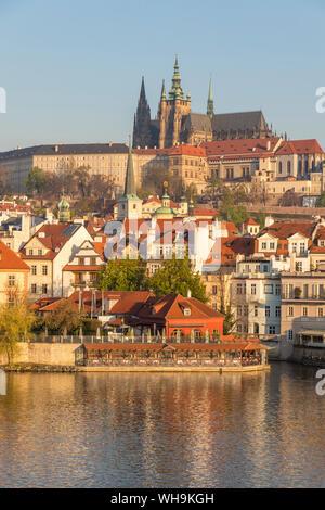 Blick vom Ufer der Moldau über die Mala Strana Viertel und das Prager Schloss, Weltkulturerbe der UNESCO, Prag, Böhmen, Tschechien - Stockfoto