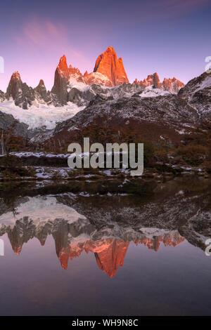 Berge von Cerro Torre und Fitz Roy bei Sonnenaufgang reflektiert, Los Glaciares Nationalpark, UNESCO, El Chalten, Patagonien, Argentinien, Südamerika - Stockfoto