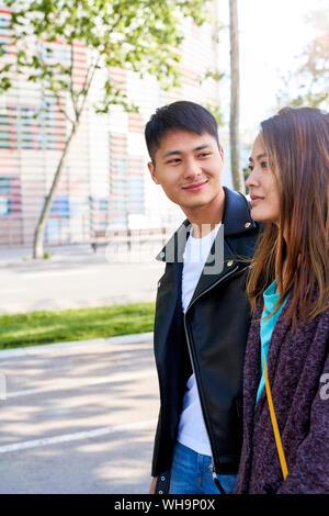 Porträt der glückliche junge Mann an seine Freundin, Barcelona, Spanien - Stockfoto
