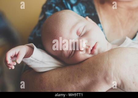Portrait von baby boy Schlafen in der Großmutter die Rams Stockfoto