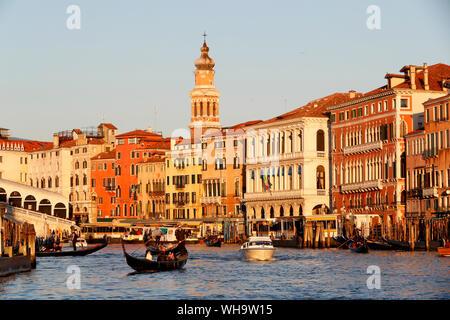 Gondoliere auf Gondel auf Grand Canal bei Sonnenuntergang, Venedig, UNESCO-Weltkulturerbe, Venetien, Italien, Europa