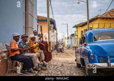Ältere Kubaner spielen Musik auf der Straße, American Classic Car, Trinidad, Sancti Spiritus, Kuba, Karibik, Karibik, Zentral- und Lateinamerika - Stockfoto