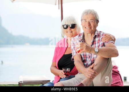 Portrait von Senior Paar gegen See - Stockfoto
