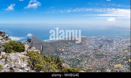 Touristen an einem Aussichtspunkt auf dem Tafelberg mit Blick auf die Stadt Kapstadt, Südafrika - Stockfoto