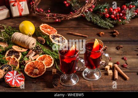 Weihnachten heißer Glühwein mit Zimt, Kardamom und Anis auf hölzernen Hintergrund - Stockfoto