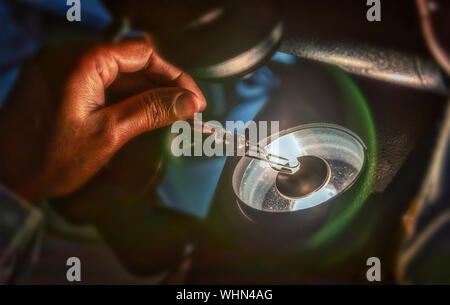 Einstufung der Klarheit über Diamanten, Mikroskop und magnifing Glas, afrikanische Frau arbeiten - Stockfoto