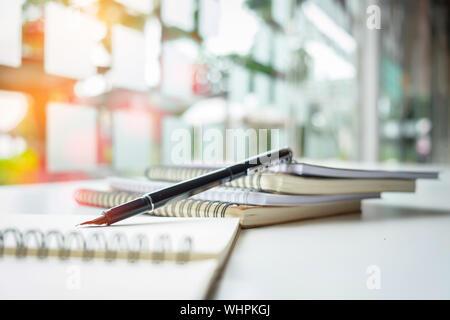 In der Nähe von Fountain Pen mit Büchern auf dem Tisch - Stockfoto