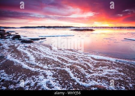Bunte winter Sonnenaufgang am Backofen von der Küstenlinie der Oslofjord, in Østfold, Norwegen. - Stockfoto