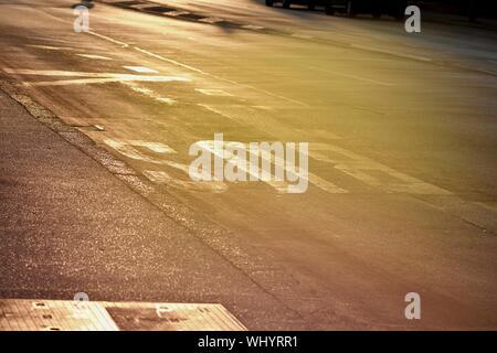 Fahrbahnmarkierung auf Bus station an der asphaltierten Straße/Konzept der Reisen - Stockfoto