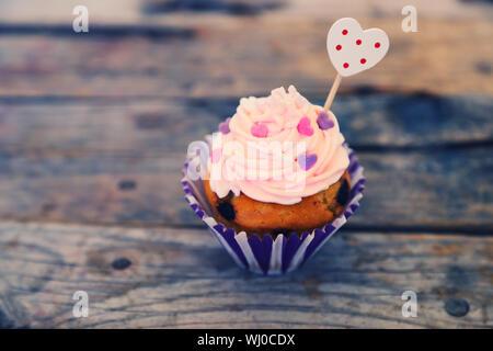 Foto der netten Cupcake auf hölzernen Hintergrund - Stockfoto